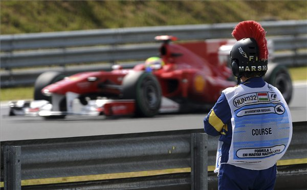 маршал наблюдает за болидом Фелипе Массы на Гран-при Венгрии 2010