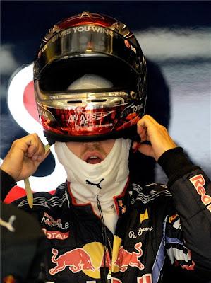 Себастьян Феттель одевает шлем