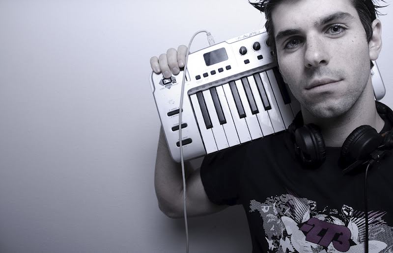 Хайме Альгерсуари с миди-клавиатурой