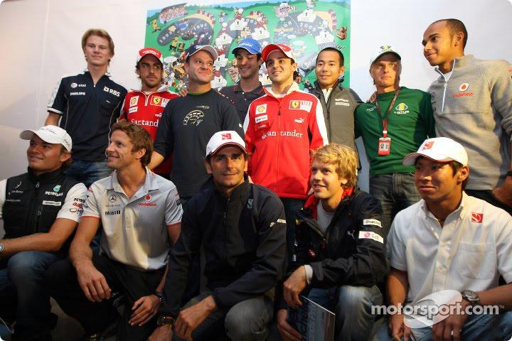 коллективное фото на память в честь 300-х сотого Гран-при Рубенса Баррикелло