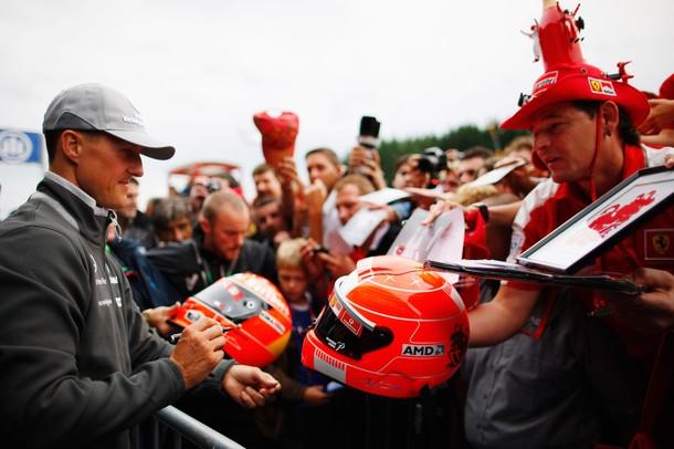 Михаэль Шумахер раздает автографы на Гран-при Бельгии 2010