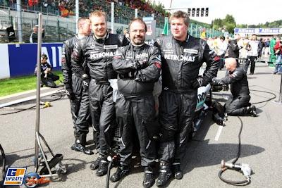 механики Mercedes GP на стартовой решетке Гран-при Бельгии 2010