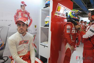 Фернандо Алонсо о чем-то размышляет на Гран-при Италии 2010