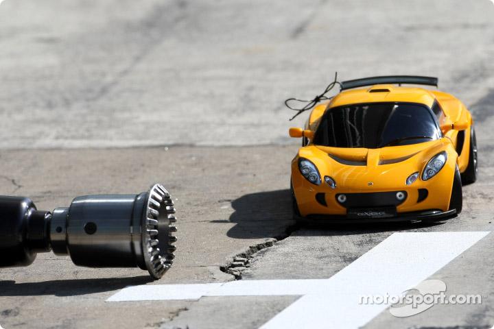 машинка Lotus на пит-лейне Монцы на Гран-при Италии 2010