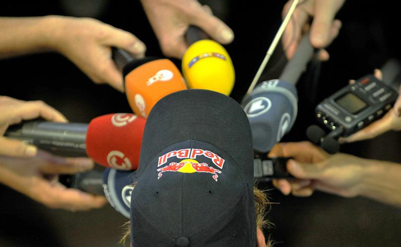 Себастьян Феттель дает интервью на Гран-при Сингапура 2010