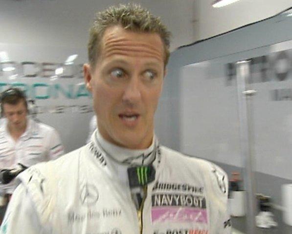 Михаэль Шумахер чему-то сильно удивлен на Гран-при Сингапура 2010