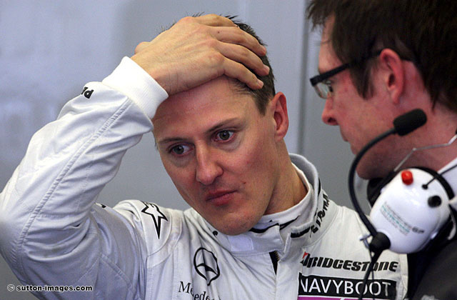 Михаэль Шумахер слушает инженера команды Mercedes GP
