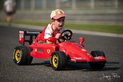 мальчик на машинке Ferrari