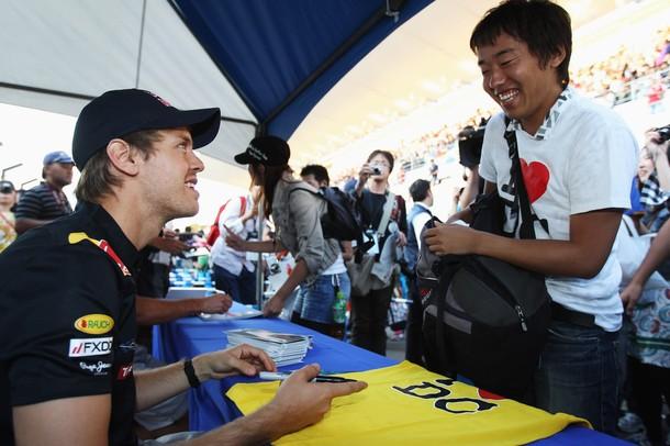 болельщик Дэвида Култхарда просит Себастьяна Феттеля подписать футболку на Гран-при Японии 2010