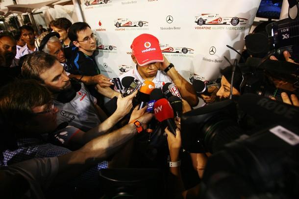 Льюис Хэмилтон дает интервью после аварии на Гран-при Сингапура 2010
