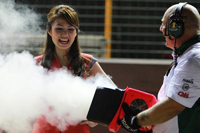 механик Lotus охлаждает Грид-герл Гран-при Сингапура 2010