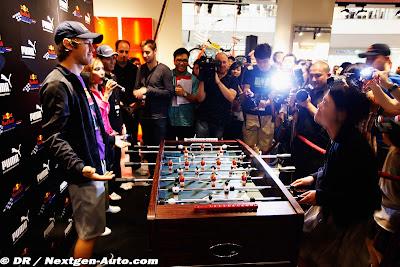 Себастьян Феттель принимает вызов на футбольный матч на Гран-при Сингапура 2010