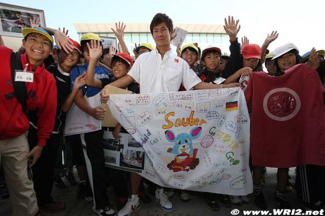 Камуи Кобаяши с болельщиками на Гран-при Японии 2010
