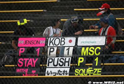 болельщики Дженсона Баттона Камуи Кобаяши и Михаэля Шумахера на Гран-при Японии 2010