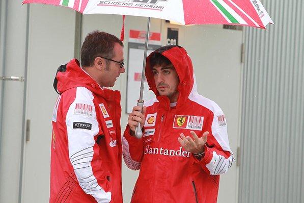 Фернандо Алонсо и Стефано Доменикали под дождем на Гран-при Японии 2010
