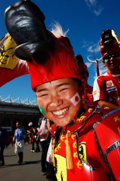 болельщик в костюме Ferrari на Гран-при Японии 2010
