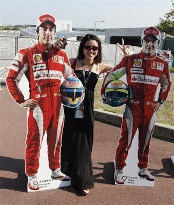 болельщица с гонщиками Ferrari