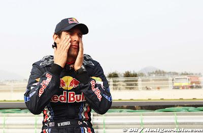 Марк Уэббер с руками на лице на Гран-при Кореи 2010