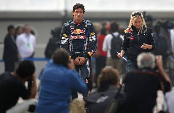 Марк Уэббер шагает по паддоку Гран-при Кореи 2010