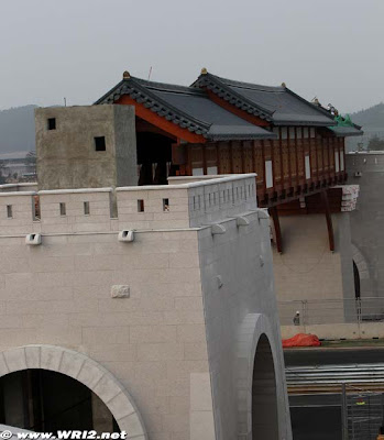 Мост через старт-финишную прямую Гран-при Кореи 2010 вид сбоку