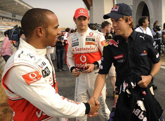 Льюис Хэмилтон и Себастьян Феттель здороваются на Гран-при Кореи 2010 Дженсон Баттон стоит позади