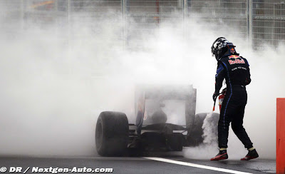 Себастьян Феттель тушит свой Red Bull на Гран-при Кореи 2010
