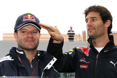 Марк Уэббер примеряет кепку Red Bull на Рубенса Баррикелло на Гран-при Кореи 2010