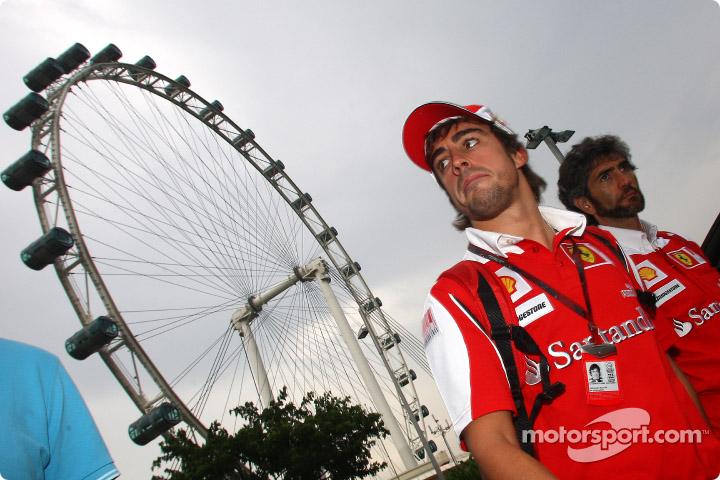 Фернандо Алонсо на фоне колеса обозрения на Гран-при Кореи 2010