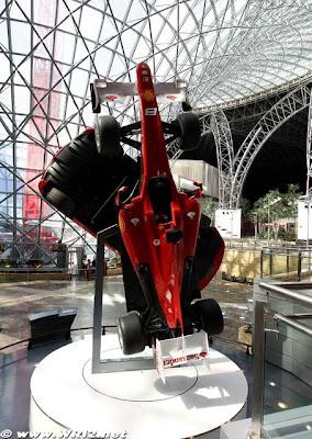 болид Ferrari F1 2010 в тематическом марке Ferrari на Гран-при Абу-Даби 2010