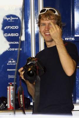 Себастьян Феттель показывает средний палец на Гран-при Абу-Даби 2010