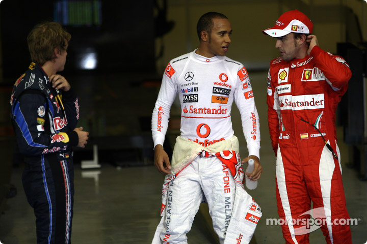 Льюис Хэмилтон и Фернандо Алонсо разговаривают после квалификации Гран-при Абу-Даби 2010