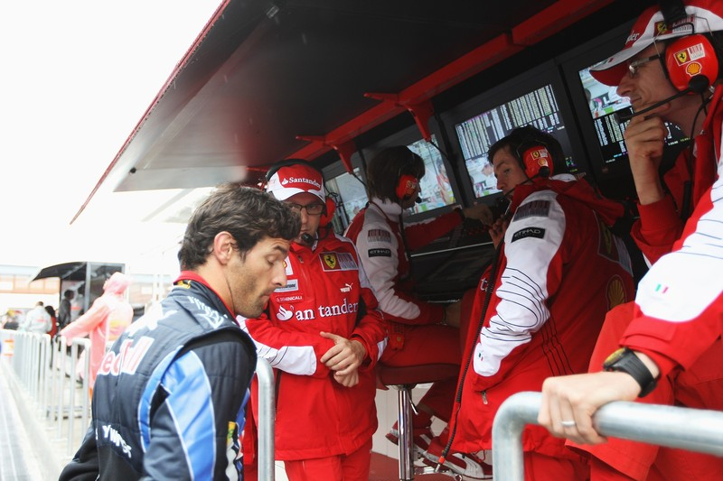 Марк Уэббер разговаривает со Стефано Доменикали Робом Смедли и Крисом Дайером перед гонкой Гран-при Кореи 2010