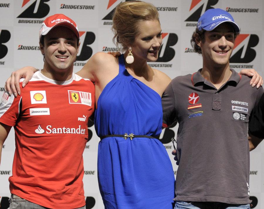 Фелипе Масса и Бруно Сенна с бразильской моделью Джанни Альбертони на пресс-конференции Гран-при Бразилии 2010