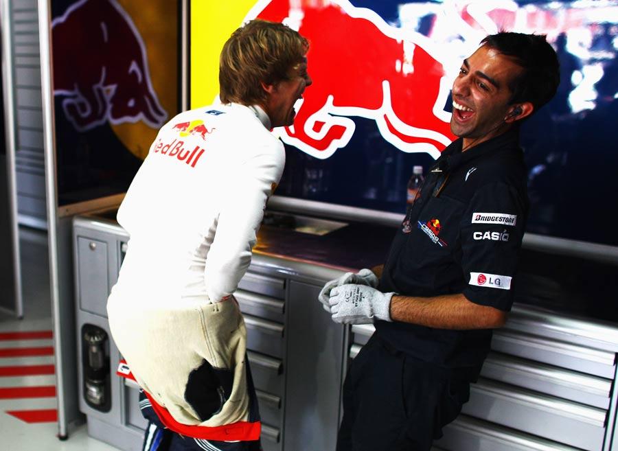 Себастьян Феттель шутит с механиком Red Bull на Гран-при Бразилии 2010