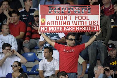 болельщики призывают Ferrari не жульничать на Гран-при Бразилии 2010