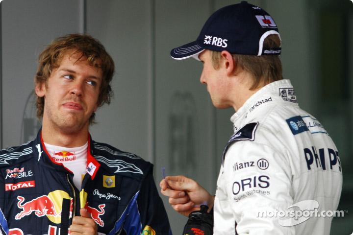 Себастьян Феттель поздравляет Нико Хюлькенберга с поулом на Гран-при Бразилии 2010