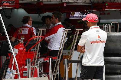 Льюис Хэмилтон следит за Ferrari на Гран-при Бразилии 2010