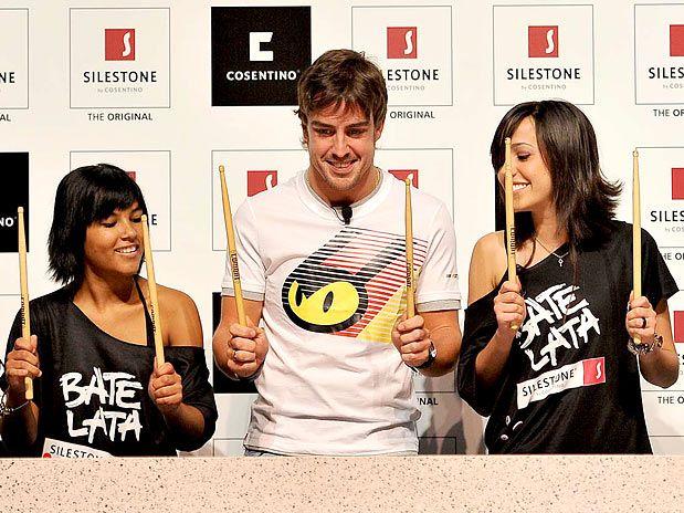 Фернандо Алонсо на спонсорском мероприятии на Гран-при Бразилии 2010 стучит в барабан