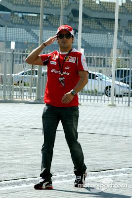 Фелипе Масса гуляет по паддоку Гран-при Абу-Даби 2010