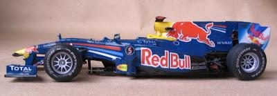 болид Red Bull RB6 из бумаги вид с боку