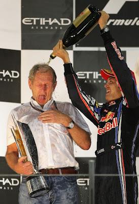 Себастьян Феттель поливает Хельмута Марко шампанским на подиуме Гран-при Абу-Даби 2010