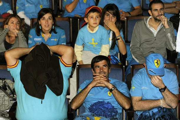 разочарованные болельщики Фернандо Алонсо на Гран-при Абу-Даби 2010
