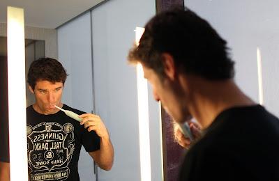 Марк Уэббер чистит зубы на Гран-при Абу-Даби 2010