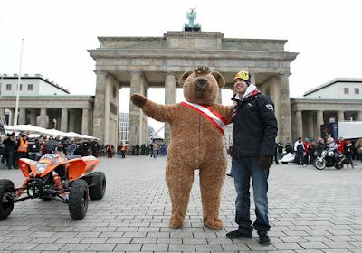 Себастьян Феттель с медведем на показательных заездах Red Bull в Берлине