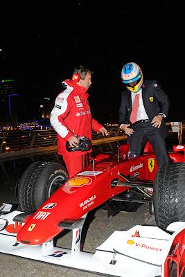 Фернандо Алонсо садится за болид Ferrari под вечер World Finals 2010