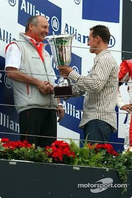 Михаэль Шумахер вручает кубок Рону Деннису на подиуме Гран-при Европы 2007