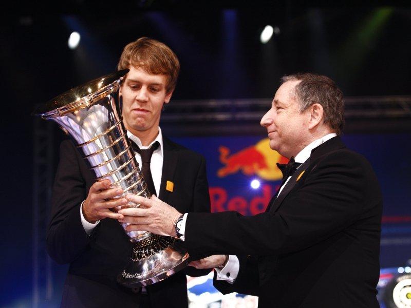 Себастьян Феттель получает трофей из рук Жана Тодта на церемонии FIA Gala Prize 12 декабря 2010