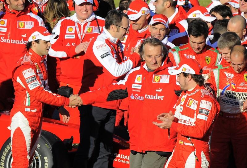 Лука ди Монтедземоло жмет руку Фелипе Массе и смотрит на Фернандо Алонсо