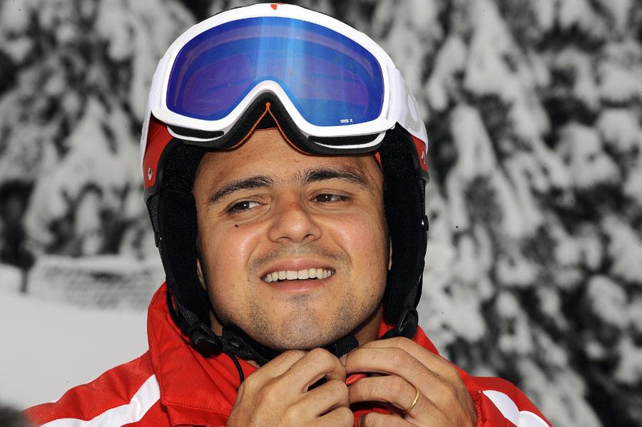 Фелипе Масса застегивает шлем на Wrooom 2011 крупным планом