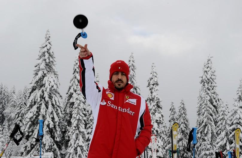 Фернандо Алонсо кидает лыжную палку на Wrooom 2011
